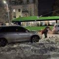 В центрі Житомира, на Театральній, в снігу загруз японський джип. ФОТО