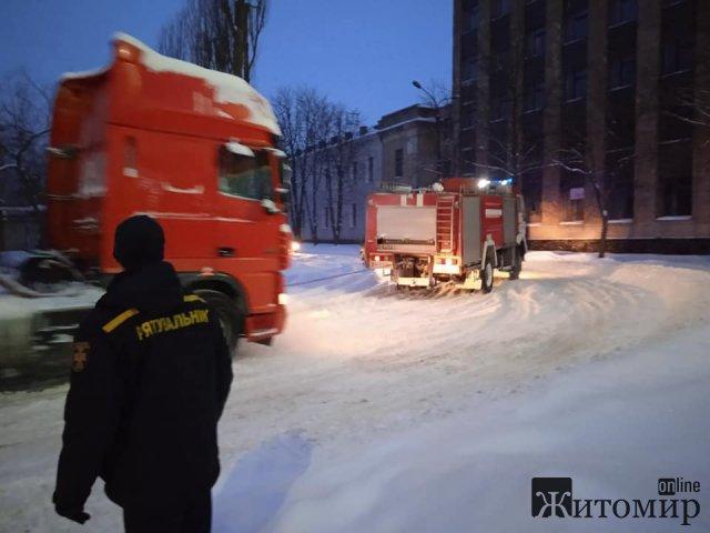 """У Коростенському районі рятувальники витягували зі снігу вантажівки та """"швидку"""" з хворим. ФОТО"""