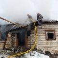 У місті Житомирської області рятувальники гасили пожежу в будинку, який ледь не спалили безхатьки. ФОТО