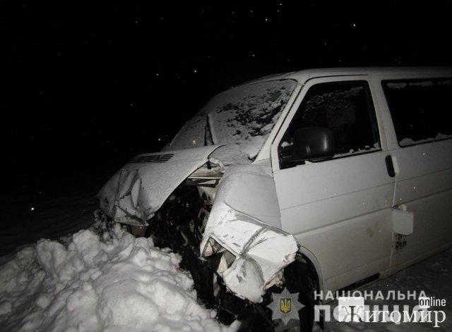 На трасі Житомир-Коростень зіштовхнулись бус та вантажівка. ФОТО