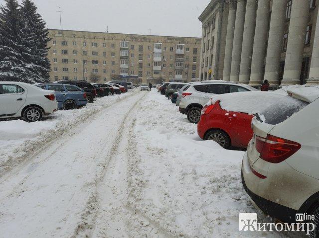 Центр Житомира ніяк не можуть розчистити від снігу. ФОТО