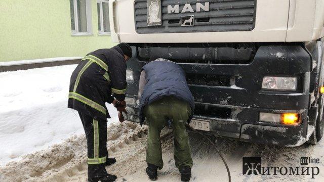 За минулу добу на Житомирщині рятувальники витягнули зі снігових заметів більше 40 транспортних засобів. ФОТО