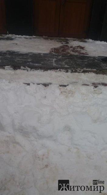Працівники бердичівського паспортного столу не можуть розчистити від снігу біля себе територію. ФОТО