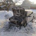 У селі на Житомирщині горіла Skoda: пошкоджено Range Rover, який знаходився поруч. ФОТО