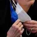 Жителів Чехії зобов'язали носити одночасно дві маски