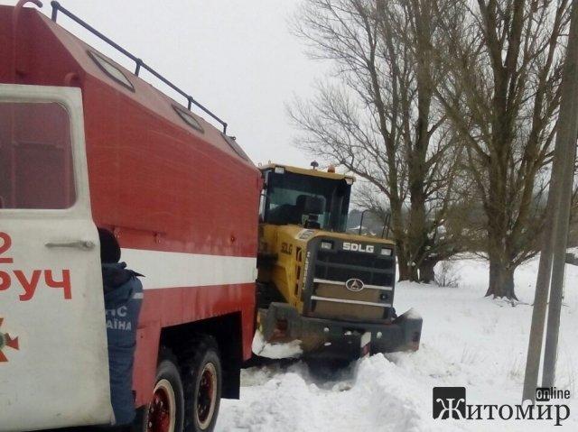 На Житомирщині бульдозер, який чистив сніг забуксував у кучугурах. ФОТО