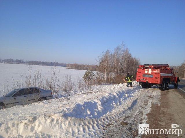 На автодорозі в Житомирській області BMW з'їхав у кювет, довелось викликати рятувальників. ФОТО