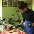 Житомирська художниця пише картини в стилі флюїд-арт. ВІДЕО