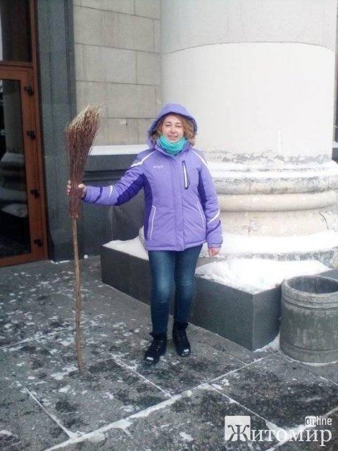 Житомирянка про слизькі тротуари: Взяла б дрючка, Сухомлину дала б в руки пісок