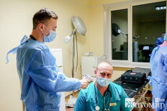 У Житомирі зробили першу вакцину від коронавірусу: ім'я щасливчика. ФОТО