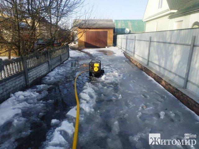 В Овручі рятувальники відкачували воду з подвір'я місцевої жительки. ФОТО