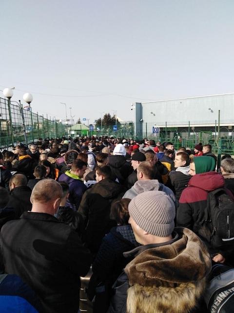 Тысячи заробитчан без масок штурмуют пункты пропуска на польской границе. ФОТО