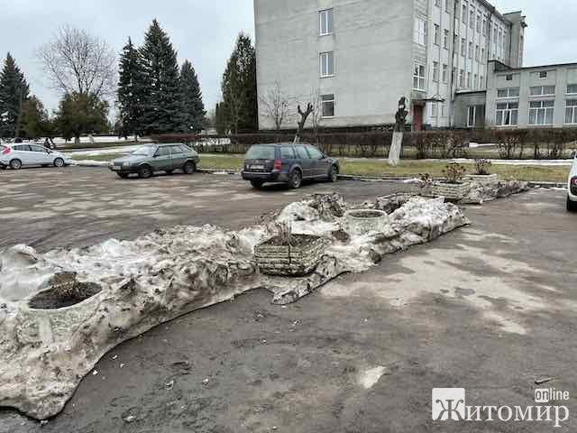 Як в Анрушівці із центральної дороги утворили місцеву автостоянку. ФОТО