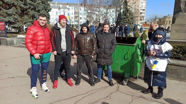 Житомирські ФОПи приготували сміттєвий бак для сьогодняшнього мітингу під стінами ОДА. ФОТО