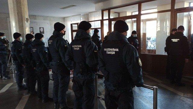 """Житомирську облдержадміністрацію від підприємців охороняють агресивні """"правоохоронці"""". ФОТО"""