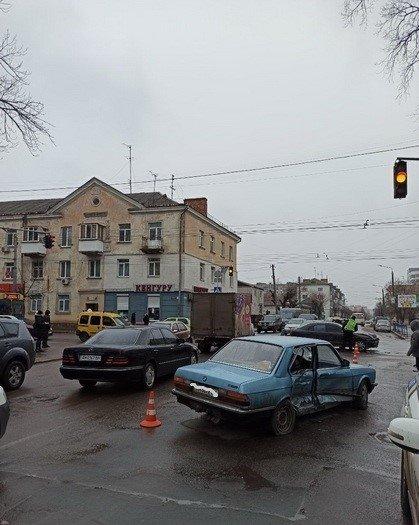 У Житомирі зіштовхнулись BMW та Mitsubishi, троє травмованих. ФОТО