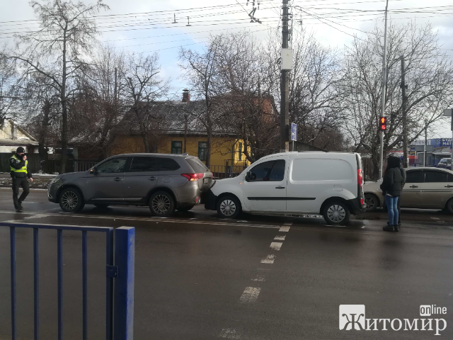 """У Житомирі """"поцілувались"""" три автівки. ФОТО."""