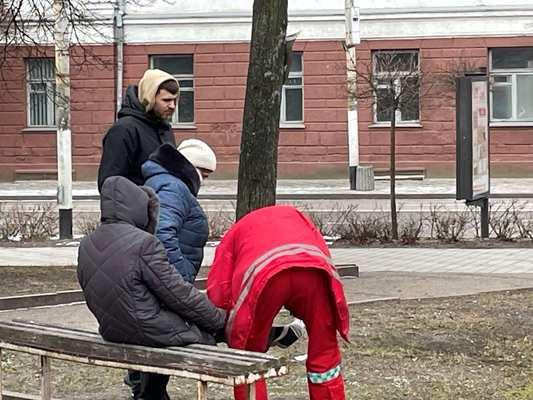 На житомирському тротуарі травмувалася жінка. ФОТО