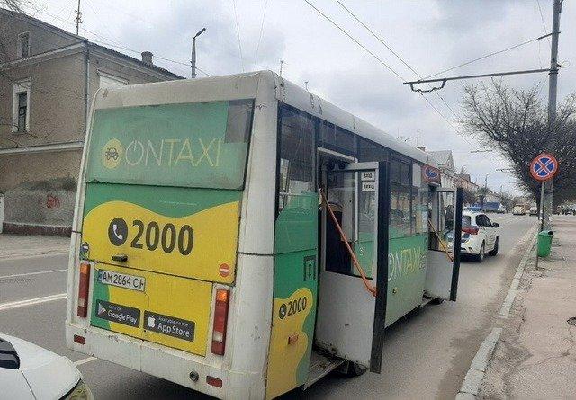 У Житомирі маршрутка різко загальмувала, через що травмувалася пасажирка. ФОТО