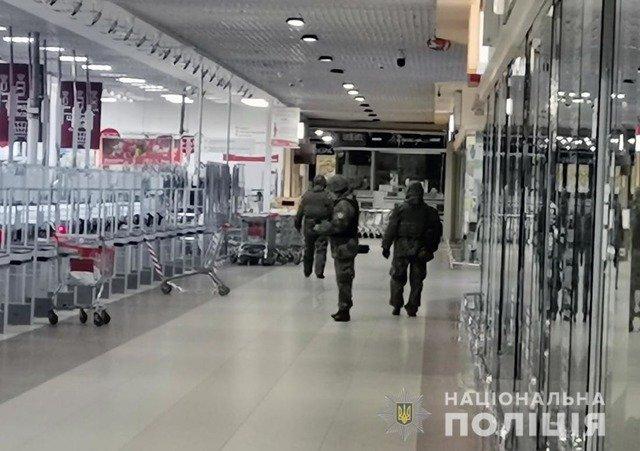 """У Житомирі евакуйовували людей з ТРЦ """"Глобал"""" через підозрілу валізу. ФОТО. ВІДЕО"""