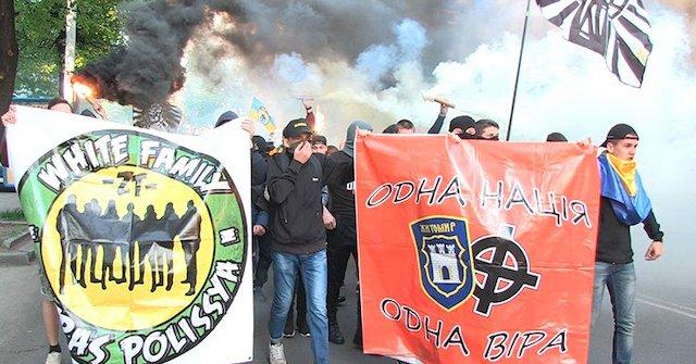 У Житомирі  футбольну прем'єру  на стадіоні вболівальники відзначають маршем