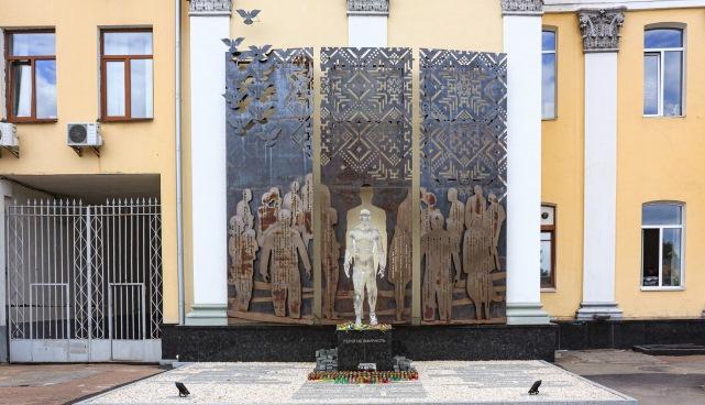 """У Житомирі пам'ятнику """"Герою, що не вмирає» відновлять не лише руку, але й зітруть іржу"""