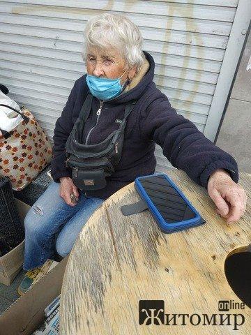 У центрі Житомира 85-річній пенсіонерці заважають працювати. ФОТО