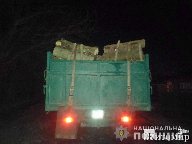 За добу у двох районах Житомирщини поліцейські затримали вантажівки з деревиною. ФОТО