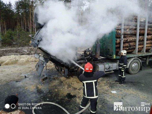 На трасі в Житомирській області під час руху загорілась вантажівка, яка перевозила ліс. ФОТО