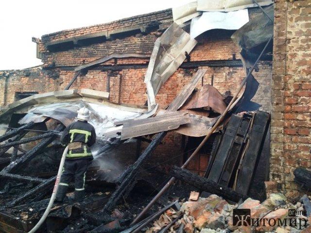 У Житомирському районі рятувальники загасили складське приміщення, де виготовляли металеві двері. ФОТО