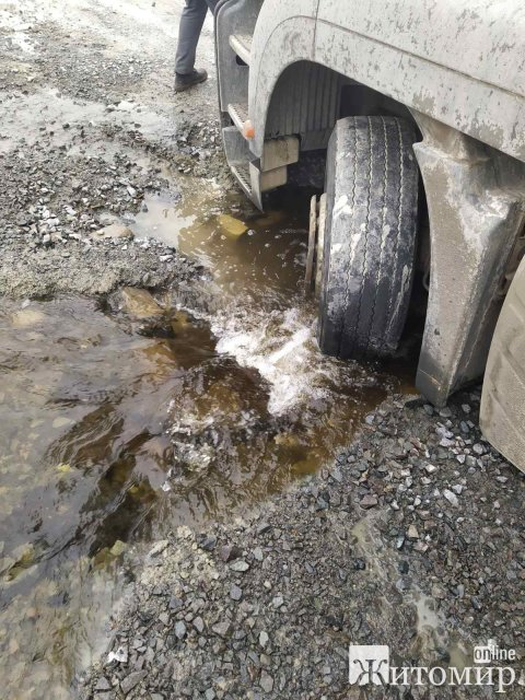 У Житомирській області рятувальники допомагали водіям вантажівок, які застрягли на бездоріжжі. ФОТО