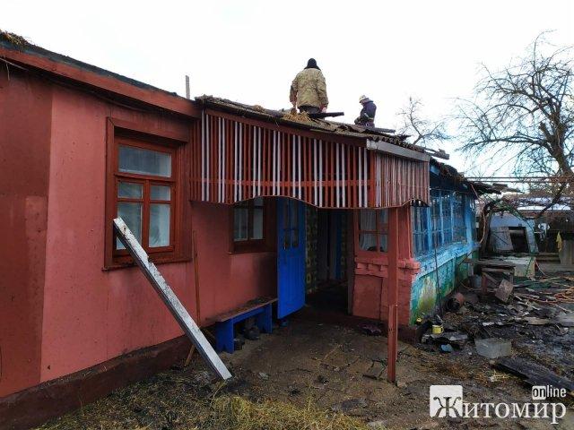 На Житомирщині бійці ДСНС врятували житловий будинок від повного знищення вогнем. ФОТО