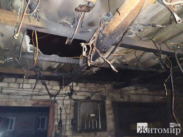 У Коростені горів будинок, рятувальники знайшли тіло чоловіка. ФОТО