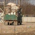 На Житомирщині жителі одного з сіл стережуть сміттєзвалище, куди звозять сміття з Львівської області. ВІДЕО