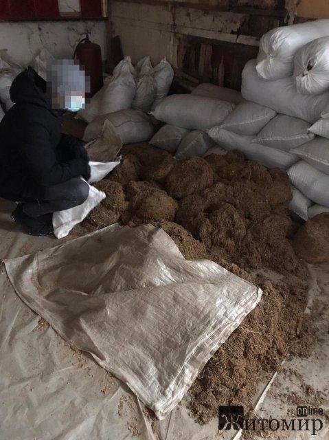 На Житомирщині викрили групу осіб, яка незаконно займалася виготовленням та збутом тютюну на території 4 областей. ФОТО