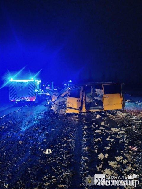 У ДТП біля Житомира загинули дві людини та ще двоє травмованих. ФОТО