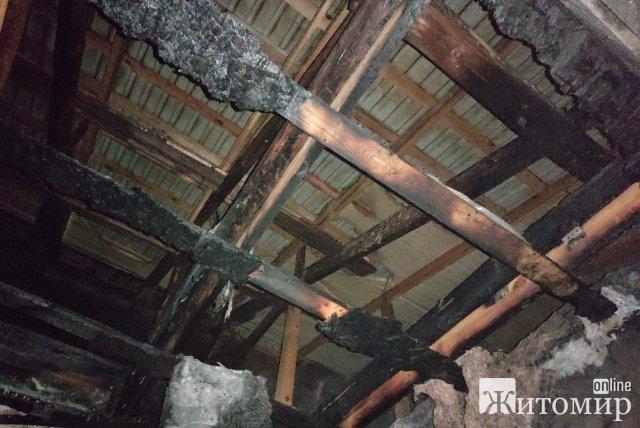 На Житомирщині горіла будівля, в які розташовані аптека, магазин і шиномонтаж. ФОТО