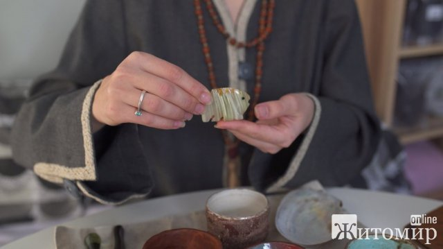 Житомирська чайна майстриня  розповідає, як провести чайну церемонію. ФОТО