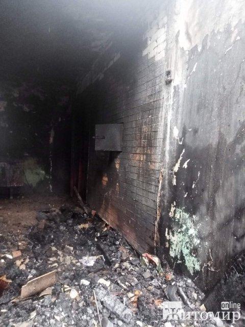 На Житомирщині під час гасіння пожежі у приватній оселі рятувальники виявили тіло чоловіка. ФОТО