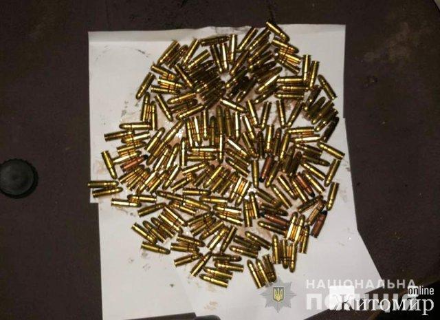 В будинку жителя Житомирщини поліцейські знайшли револьвер, два пістолета-кулемета та майже 300 набоїв різного калібру. ФОТО