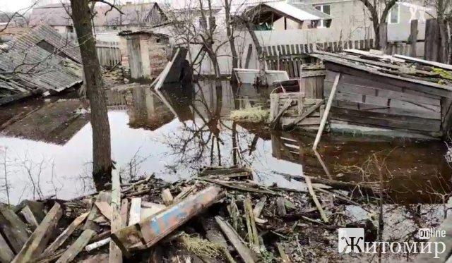 У Житомирі рятувальники знову відкачували воду біля підтоплених обійсть містян. ФОТО