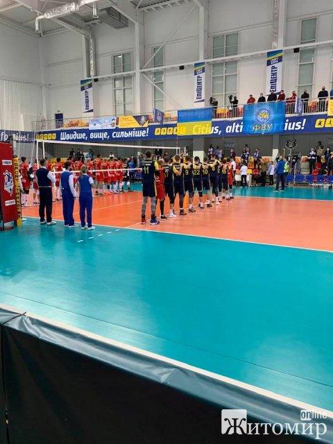 У чиновників Житомирщини - багато вільного часу, поїхали до Хмельницької області на волейбольну гру. ФОТО