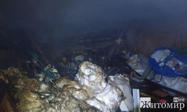 У підвалі в житомирській багатоповерхівці сталася пожежа: рятувальники виявили непритомного чоловіка. ФОТО