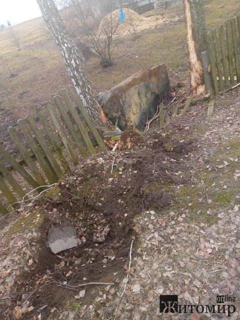 На дорозі в Житомирській області з фури злетіла кам'яна брила, пошкодивши асфальт та паркан. ФОТО