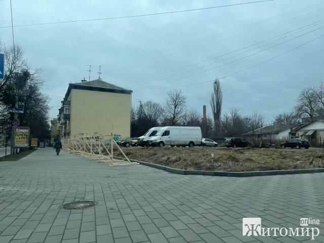 У Житомирі на розі вулиць Театральної та Великої Бердичівської з'явився паркан. ФОТО