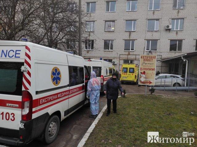 """Біля однієї з лікарень в Житомирі в черзі стоять """"швидкі"""". ФОТО"""