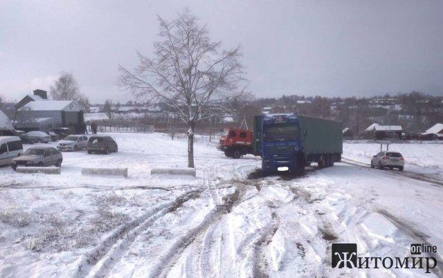 У селі на Житомирщині вантажівку занесло на дорозі: вона перекрила рух іншому транспорту. ФОТО