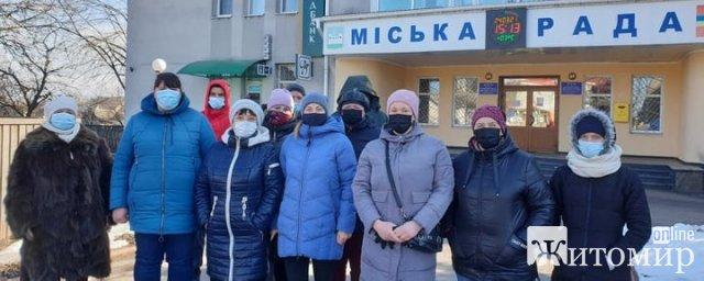 На Житомирщині жителі села, де знайшли львівське сміття, перекривали дорогу. ФОТО