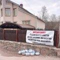 Міському голові Коростеня до будинку позносили пакети зі сміттям. ФОТО