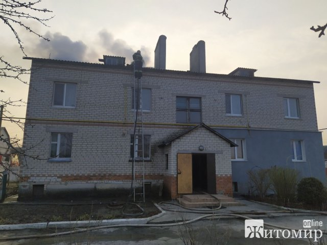 У Новограді-Волинському горів двоповерховий будинок на чотири квартири. ФОТО